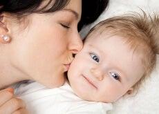 baci madre che bacia il proprio bambino
