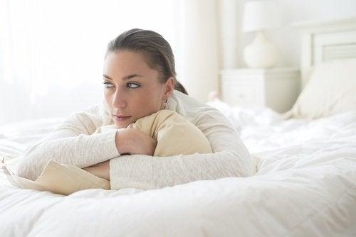 ragazza abbraccia il cuscino dolore