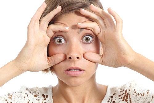 ragazza con occhi spalancati problema di salute
