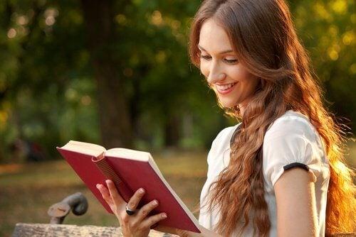 ragazza sorridente legge libro dolore