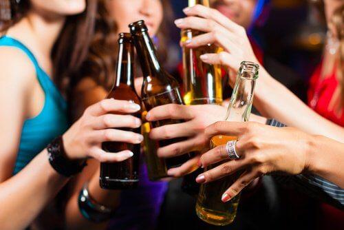 ragazze con bottiglie di birra hanno emicrania