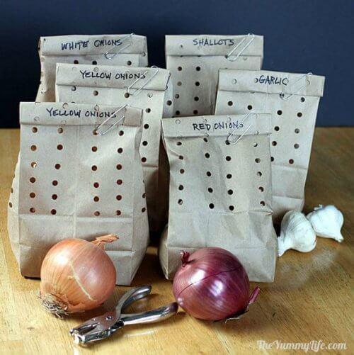 trucco cucina sacchetti di carta con cipolle