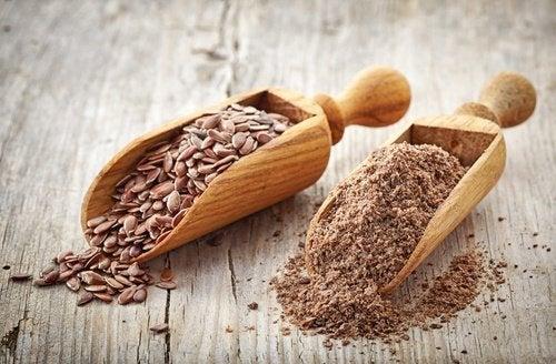 I semi di lino e chiodi di garofano insieme aiutano a eliminare i parassiti intestinali