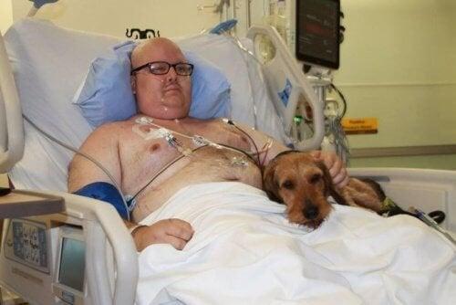 uomo in ospedale con il suo cane
