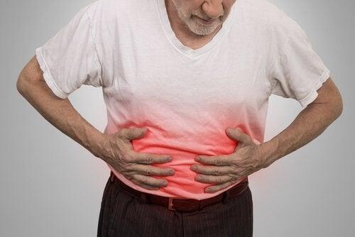 Uomo che si tocca la pancia cancro al pancreas