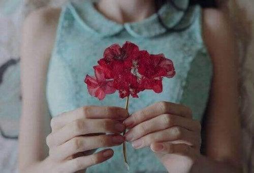 Donna con fiore rosso single