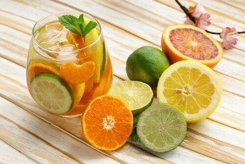 bicchiere con acqua e agrumi