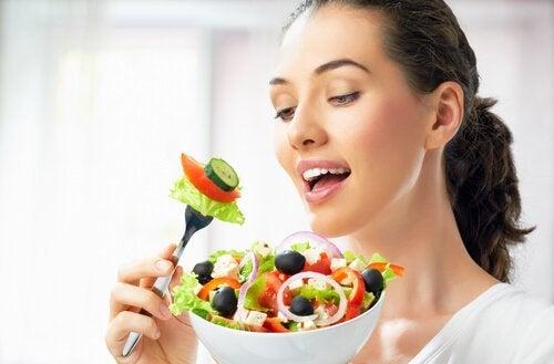 donna mangia insalata la menopausa