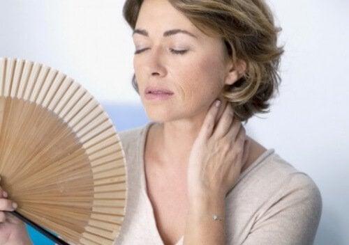 donna con ventaglio la menopausa
