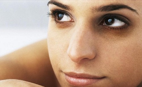Un cubetto di ghiaccio contribuisce ad attenuare l'aspetto di occhiaie e borse