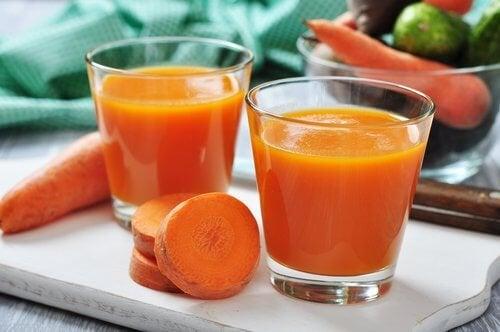 Bicchieri con succo di carota