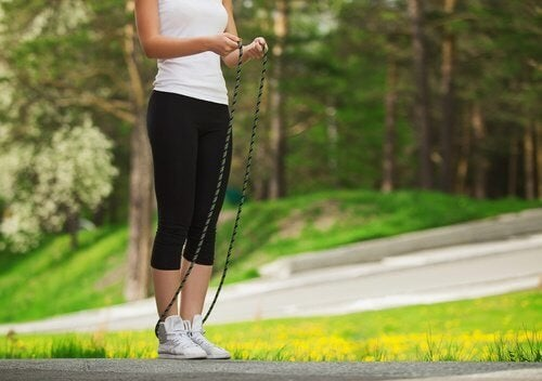 donna salta la corda nel parco