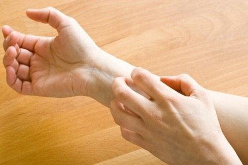 Sclerosi multipla formicolio mani e piedi