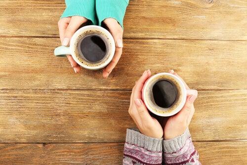 amiche-e-tazze-di caffè