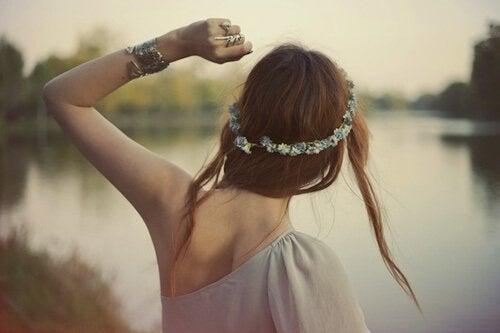 lasciar andare il passato - ragazza di spalle con corona di fiori