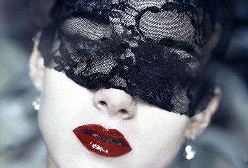 donna con maschera nera in pizzo amare