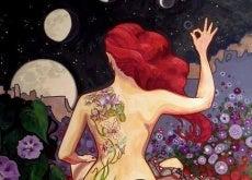 donna con tatuaggio sulla schiena