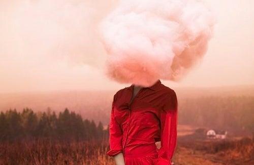 donna con testa fra le nuvole vittimismo