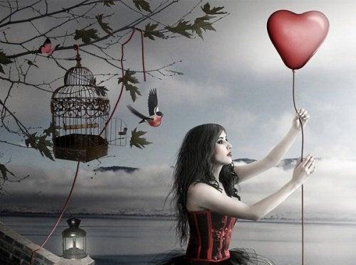 Donna con un palloncino a forma di cuore