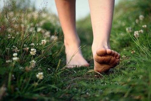 donna scalza che cammina persone libere