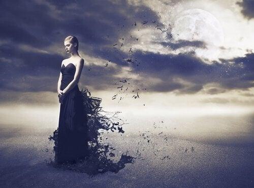 Donna vestita di nero
