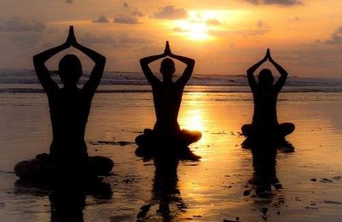 donne che praticano yoga stress
