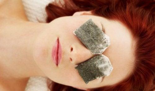 eliminare le borse sotto gli occhi con bustine camomilla