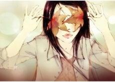 fiducia in sé ragazza con foglie sugli occhi