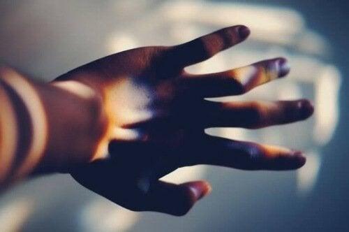 mano con giochi di luce indispensabili