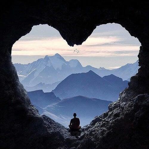 monaco in una grotta a forma di cuore resilienza