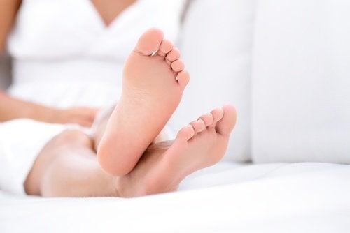 piedi di donna che soffre di spina calcaneare