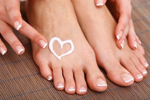 Crema a forma di cuore su piedi