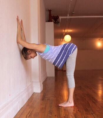 posizione yoga contro la parete mal di schiena