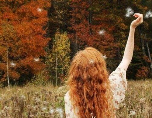 Ragazza con capelli rossi in un bosco