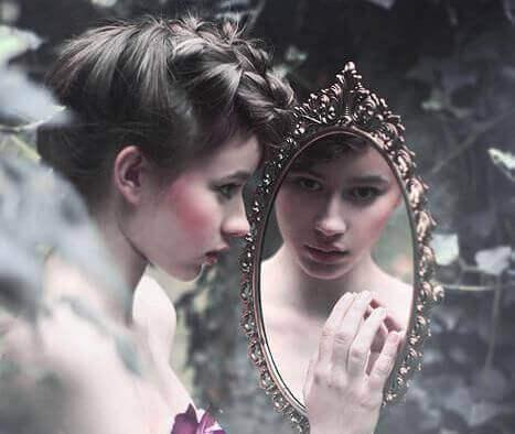 ragazza con poca autostima si guarda allo specchio