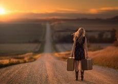 ragazza per strada con le valigie importa