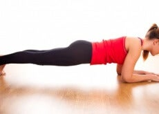 ragazza pratica plank
