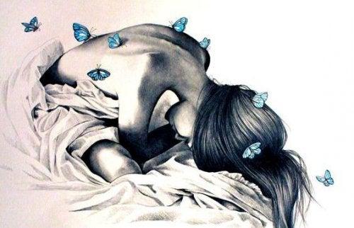 ragazza triste con farfalle sulla schiena