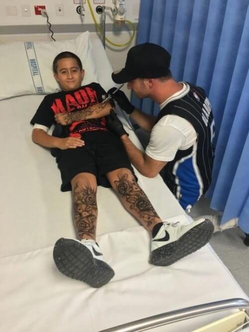 Benjamin fa tatuaggi ad un bambino su un letto di ospedale