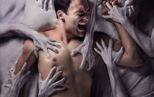 uomo-intrappolato-da-mani