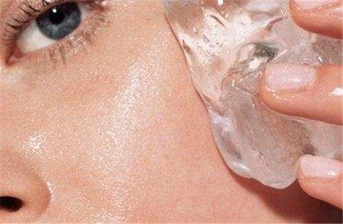 Un cubetto di ghiaccio riduce la secchezza della pelle