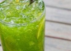 bicchiere sul tavolo con acqua di cetriolo