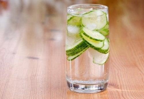 bicchiere con acqua di cetriolo