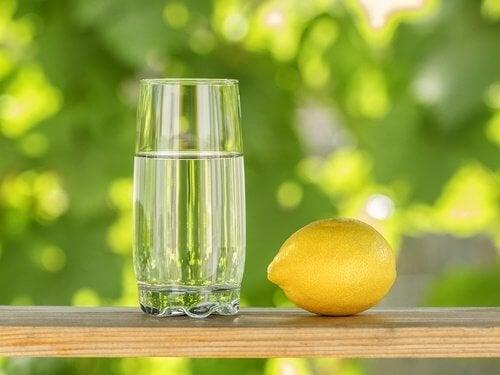 Acqua e limone sovrappeso