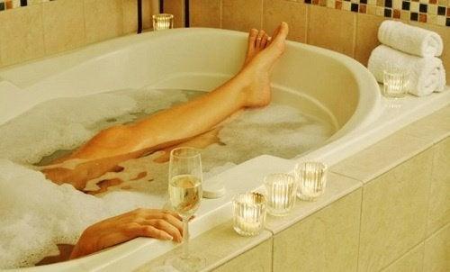 donna nella vasca da bagno zona vaginale