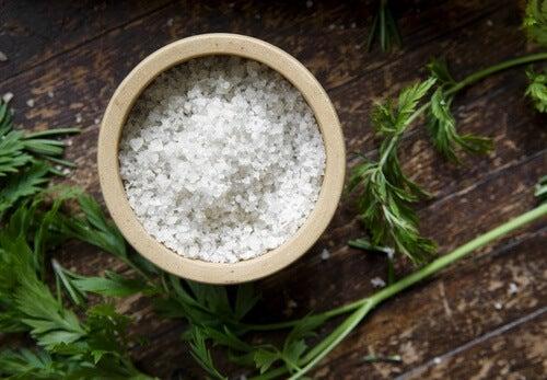 gonfiore addominale - ciotola di sale
