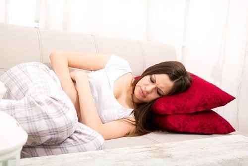 donna con dolore cisti ovariche