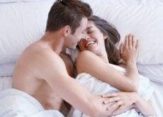 coppia si bacia dopo aver fatto sesso