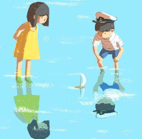 Bambini che si specchiano nell'acqua