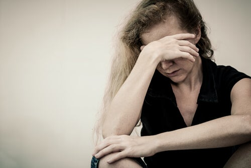 Donna depressa mal di schiena cronico